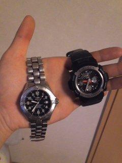 両手に腕時計